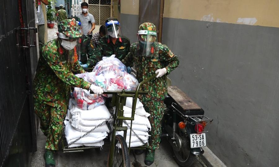 Bộ đội dùng xe đạp thồ vận chuyển lương thực