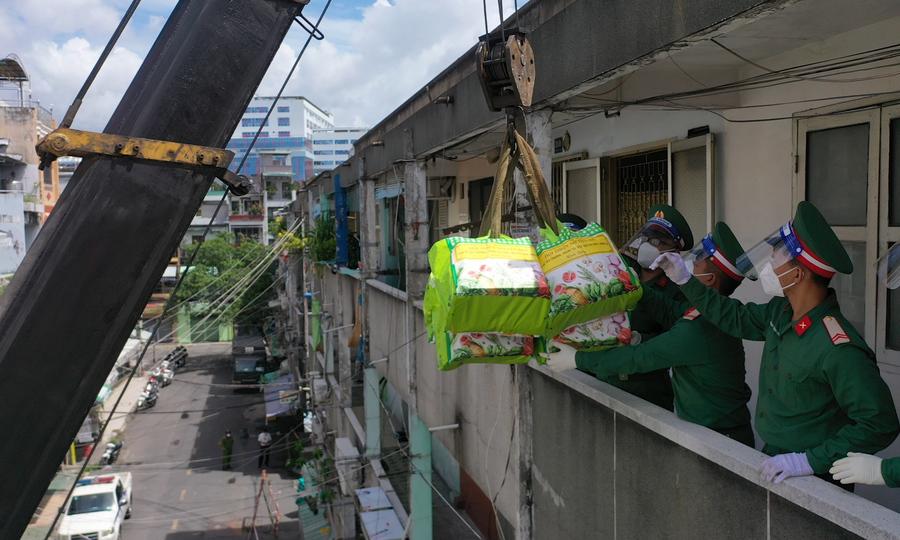 Dùng xe cẩu đưa lương thực lên chung cư cũ
