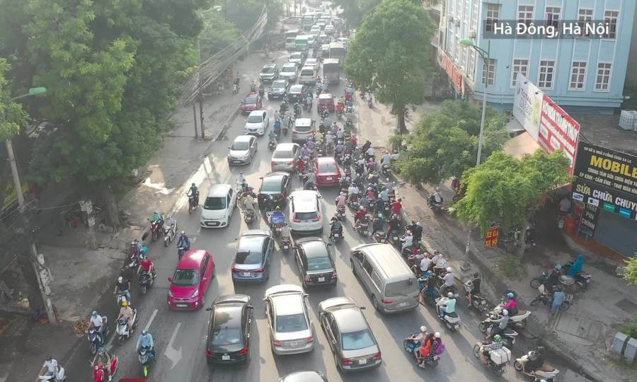 Nhiều tuyến đường vào nội thành Hà Nội ùn tắc trong ngày đầu bỏ giãn cách